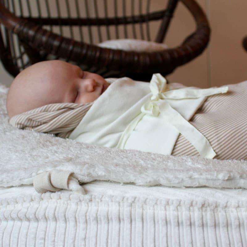 Baby sicher lagern auf Öko Teddyplüsch Auflage mit Puk Band aus Bio Jersey