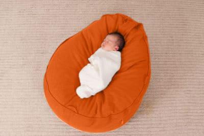 flexibles Lagerungskissen für Babys Frühchen und Schreikinder mit formbarer Füllung aus Bio Dinkelspelzen