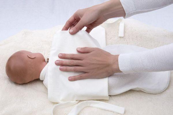 Jersey Pucktuch um den Säugling wickeln und mit Puckband stabilisieren