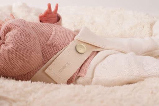 hochwertiger Babysitzsack aus Bio Baumwolle mit weicher Sitzauflage und Haltegurt