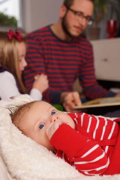 Baby lagern auf ökologischem Liegesack mit weicher Teddyplüsch Auflage