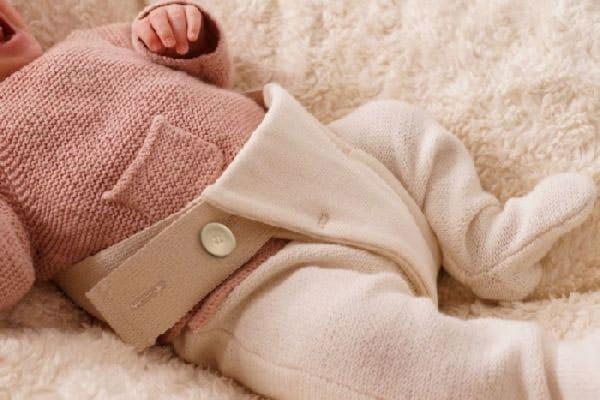 Baby sicher lagern auf Bio Nestchen mit Auflage aus ökologischer Baumwolle und Gurt zum anschnallen